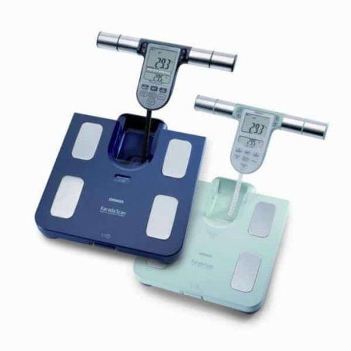 Omron BF511 body compositie monitor geeft inzicht in lichaamsvet, visceraal vet, skeletspierniveau, BMI en basaal metobolisme. in 2 kleuren