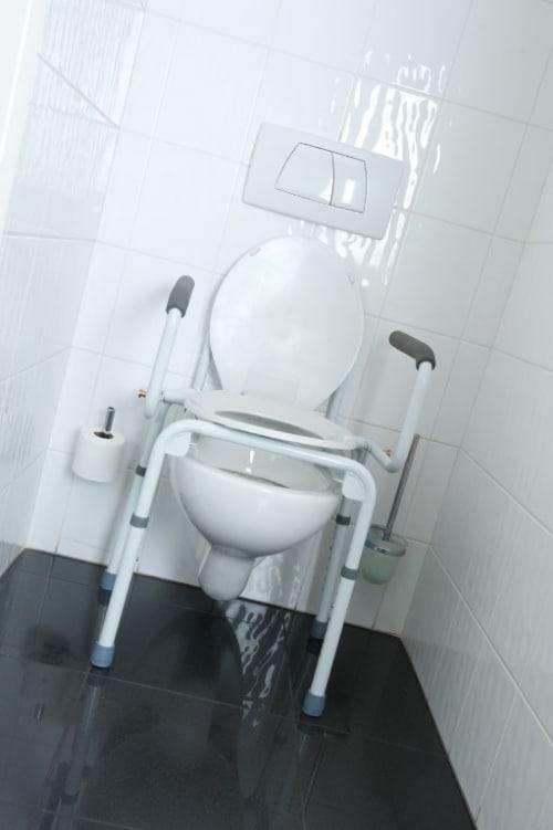 2-in-1-stoel Stacy wordt gebruikt als toiletstoel en toiletsteun. over toilet