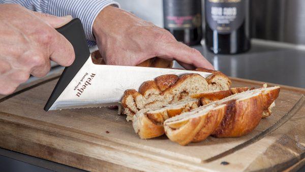 Keukenmes heeft een ergonomisch handvat voor optimale stabiliteit. Dit is de broodmes uitvoering. dit is een voorbeeld foto