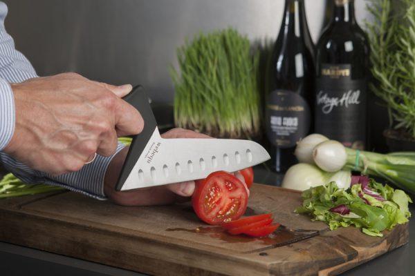 Keukenmes heeft een ergonomisch handvat voor optimale stabiliteit. Dit is de groentemes uitvoering voor allerlei groenten