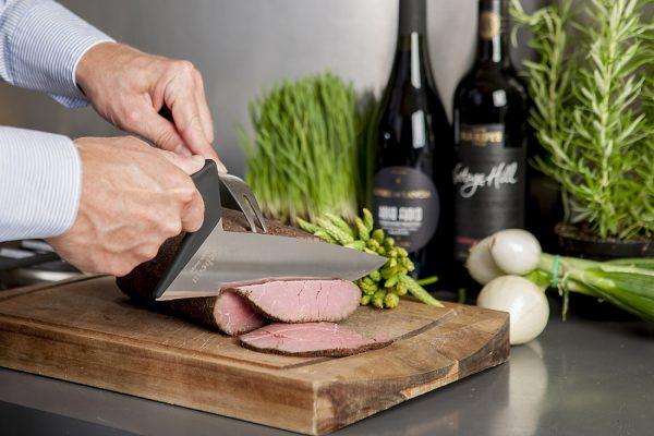 Keukenmes heeft een ergonomisch handvat voor optimale stabiliteit. Dit is de koksmes uitvoering voor onder andere vlees.