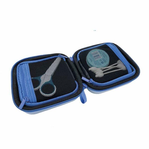 pillbase baby mini travel case is een reistasje om alle nodige artikelen voor medicatie en verzorgingsproducten om mee te nemen in de kleur blauw met afgeschermde vakken