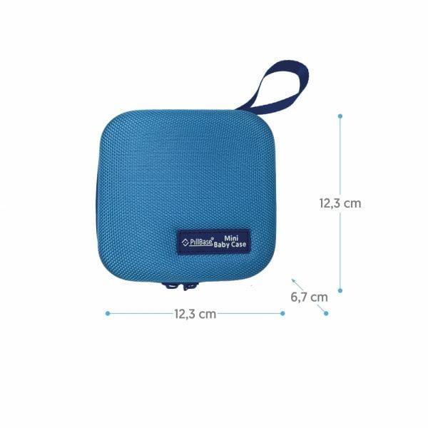 pillbase baby mini travel case is een reistasje om alle nodige artikelen voor medicatie en verzorgingsproducten om mee te nemen in de kleur blauw met afmetingen