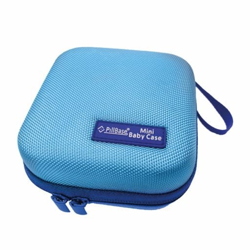 pillbase baby mini travel case is een reistasje om alle nodige artikelen voor medicatie en verzorgingsproducten om mee te nemen in de kleur blauw