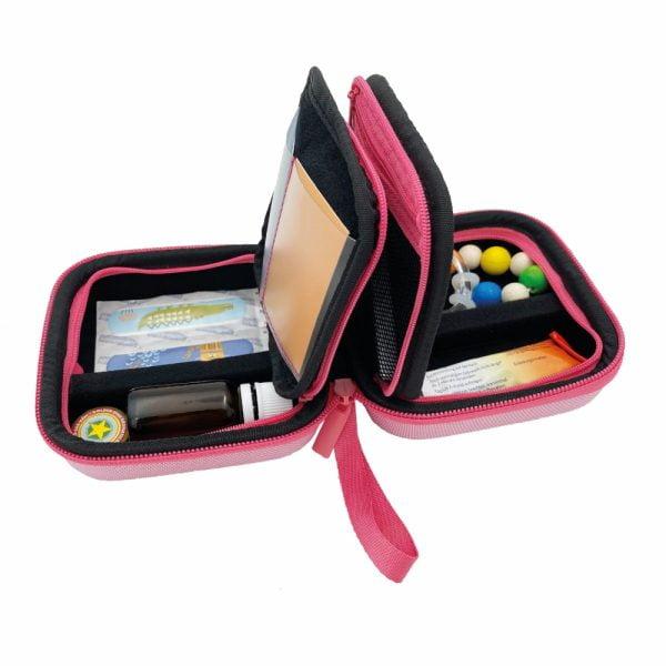 pillbase baby mini travel case is een reistasje om alle nodige artikelen voor medicatie en verzorgingsproducten om mee te nemen in de kleur roze opengeklapt met voorbeeld producten