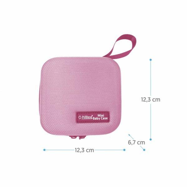 pillbase baby mini travel case is een reistasje om alle nodige artikelen voor medicatie en verzorgingsproducten om mee te nemen in de kleur roze met de afmetingen erbij vermeld