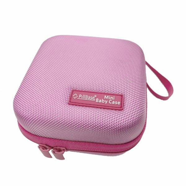 pillbase baby mini travel case is een reistasje om alle nodige artikelen voor medicatie en verzorgingsproducten om mee te nemen in de kleur roze